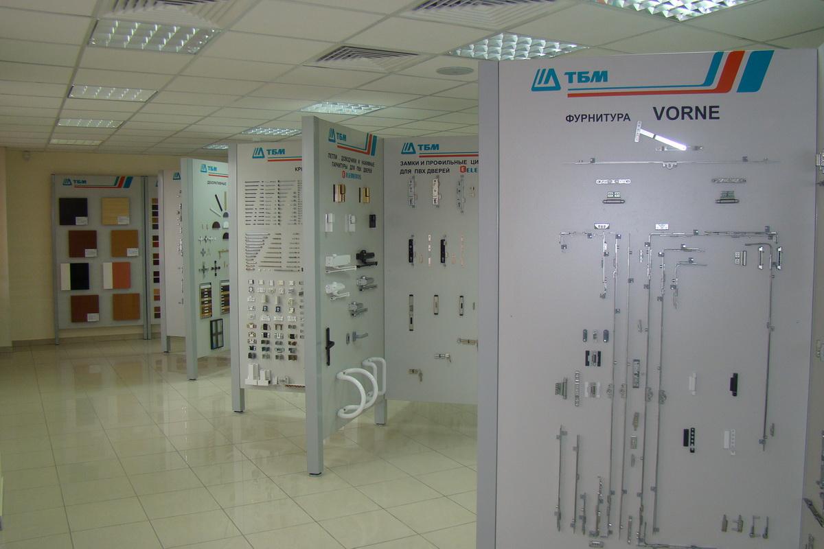 выставочный зал образцов металлических дверей